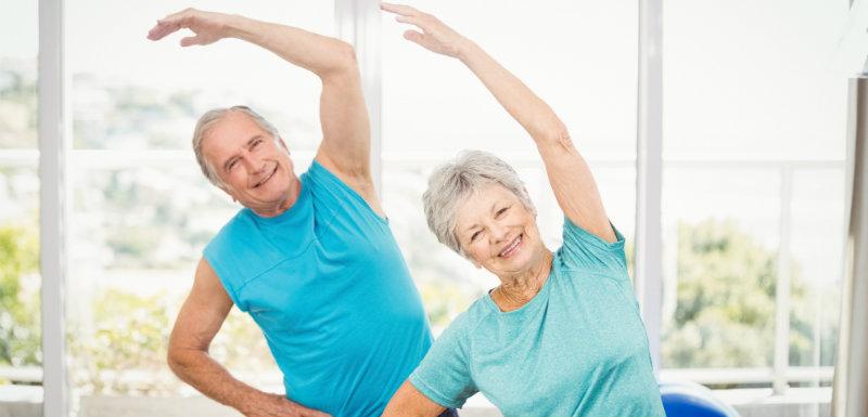 Arthrose : le suivi d'un programme d'exercices physiques à la maison