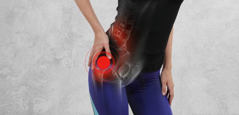 Femme avec douleur de l'articulation de la hanche à cause de l'arthrose